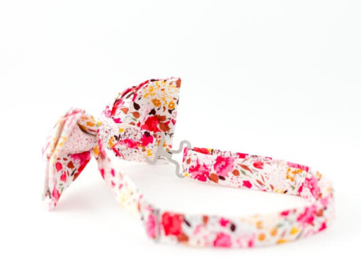 Frisk butterfly med lyserøde blomster