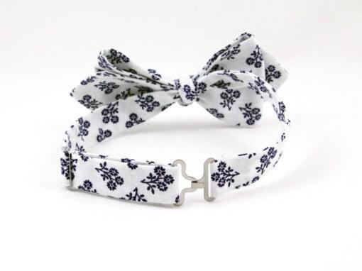Hvid butterfly med blå blomster