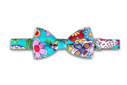 Lyseblå butterfly med blomster-mønster 1