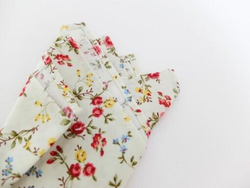 Lommetørklæde med røde, blå og gule blomster