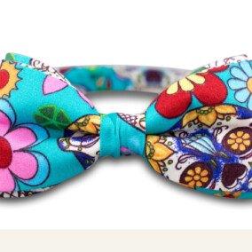 Lyseblå butterfly med blomster-mønster