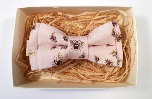 Lyserød butterfly med bier 2